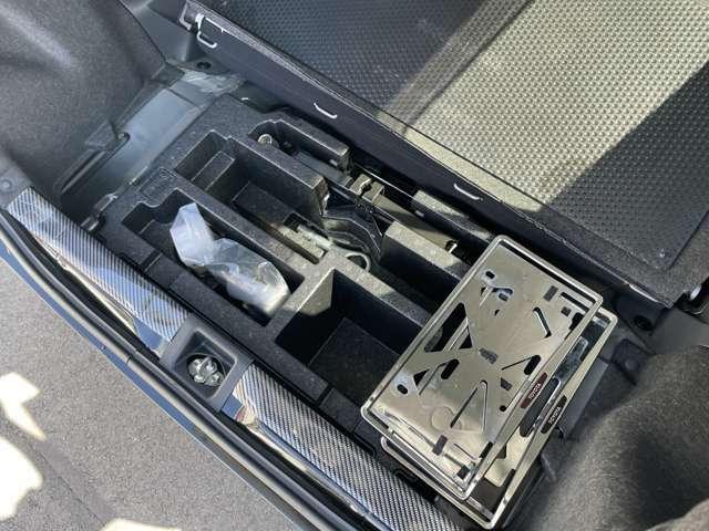 パンク修理キット、車載工具もそろっています。メッキナンバーフレームも前後用あります。