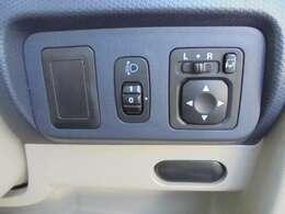 ヘッドライト調整ダイヤルとリモコンドアミラーのスイッチです。