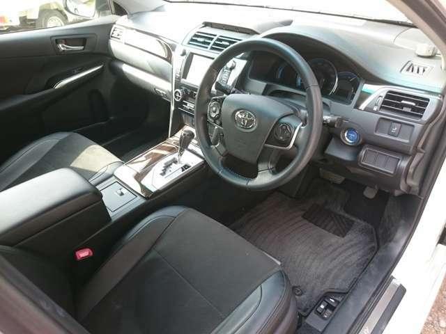 広く、高級感のある前席♪広々とした運転席なので乗り心地も良いですし運転もしやすいです♪