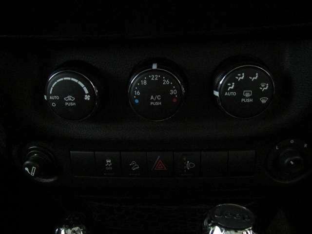 エアコンの操作部分は運転中でも操作しやすくなっております。