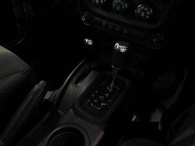 パートタイム式4WDレバーとシフトノブ。MTモード付でエンジンブレーキもかけやすいですね。