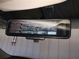 【インテリジェントルームミラー】バックドア内側にカメラを取り付けてインナーミラーに後方映像を表示します。後席に同乗者がいても、クルマの後ろを広い範囲で表示します。