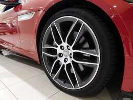 メーカーオプションの20インチ【スタイル6003・6スプリットスポーク】タイヤサイズはフロントが255/35R20、リヤは295/30R20です。