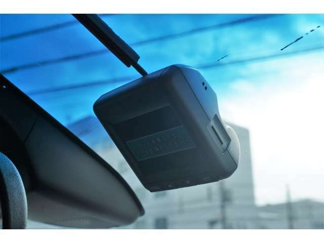 <ドライブレコーダー(フロント)>事故現場等、証拠映像として記録する事ができ、大変便利なアイテムです♪