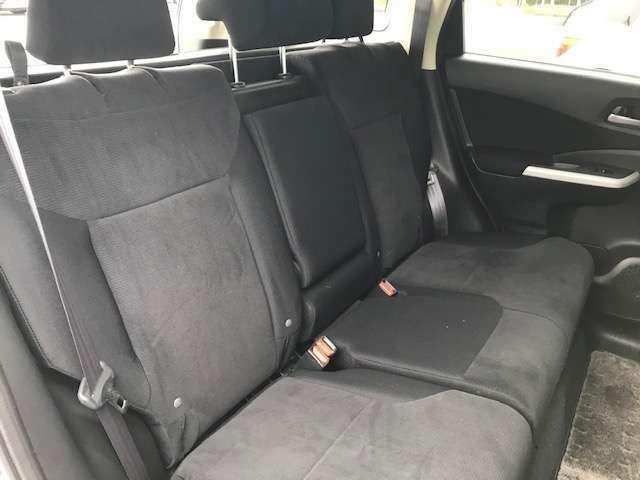 後部座席もゆったり広々としております。シートの状態も良好です。