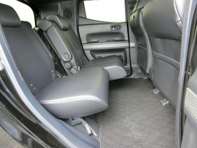 スライドリアシート ~ 前席との距離と荷室長の調節が可能、左右は独立してスライドできます