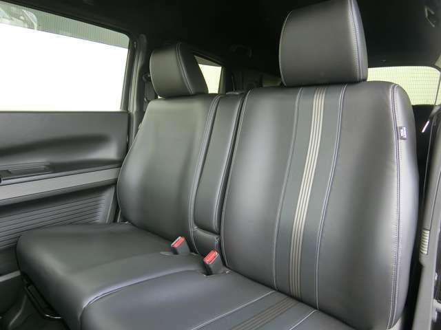 ゆったりとした座り心地をもたらす大型のシートは、その骨格にミドルクラスセダンと同等サイズのものを採用、姿勢が安定して疲れにくいよう、適度に沈み込む柔らかさも追求しています