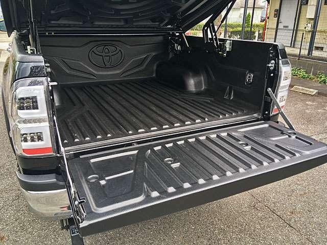 荷台にはタイ・トヨタ純正ベッドライナーを装着