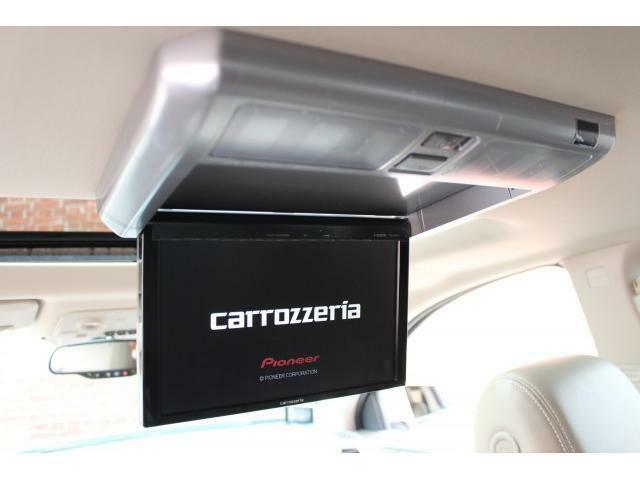 カロッツェリア製フリップダウンモニターが装備されており、フロントナビゲーションの映像が映し出されます。
