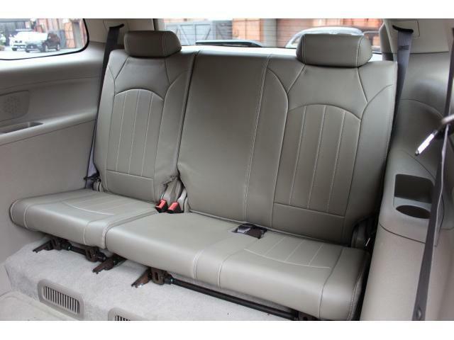 サードシートは足元の高さもあり、3人座って頂くことができます。