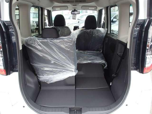 後席の背もたれを倒す事も可能 大きな荷物も積めます