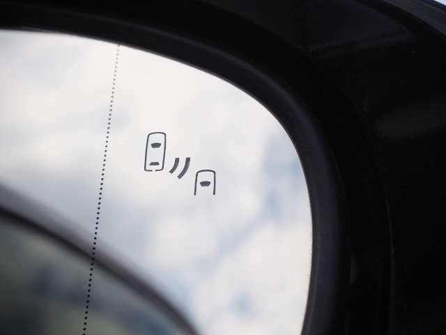 メーカーオプション★BSM(ブラインドスポットモニター)・・走行中にドアミラーだけでは確認しにくい後側方エリアに存在する車両を検知し、ドアミラーのインジケーターが点灯。  OP価格約5万