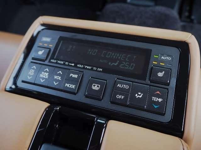 後席で快適装備! シートヒーター(左右)・オーディオ、空調のコントロールが出来ます。