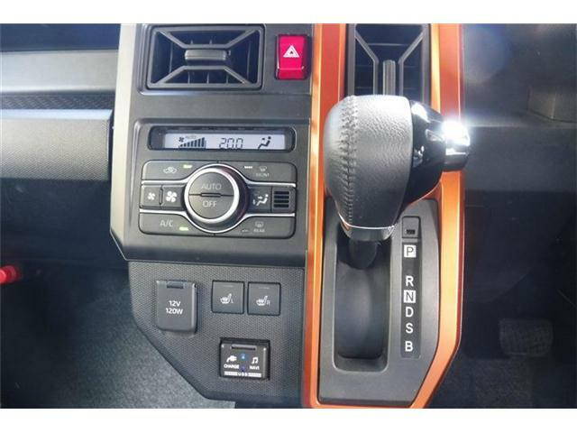 オートエアコンパネル下にシートヒータースイッチ横にシフトレバーを配置。