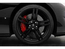足元の20インチアルミホイールはマッドブラックに塗装され、外装色と合わせてまとまったエクステリアデザインです!