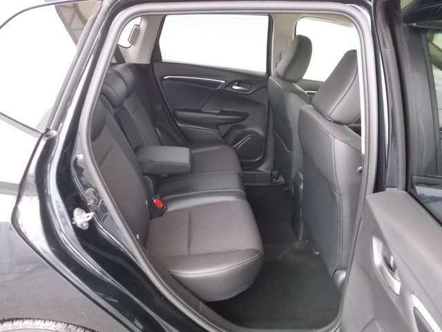 後席の頭上やひざ周りにもゆとりのある快適な座り心地。