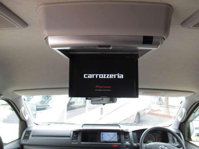 フリップダウンモニター 車いすの方や介助の方がTV鑑賞が叶います