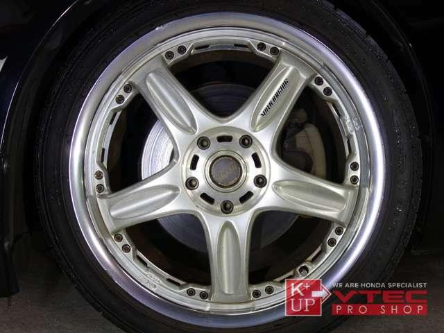 ホイールは現在絶版のヴォルクレーシング鍛造18インチアルミ『GT-C』が装着されております。コンディション良い希少な軽量ホイール。