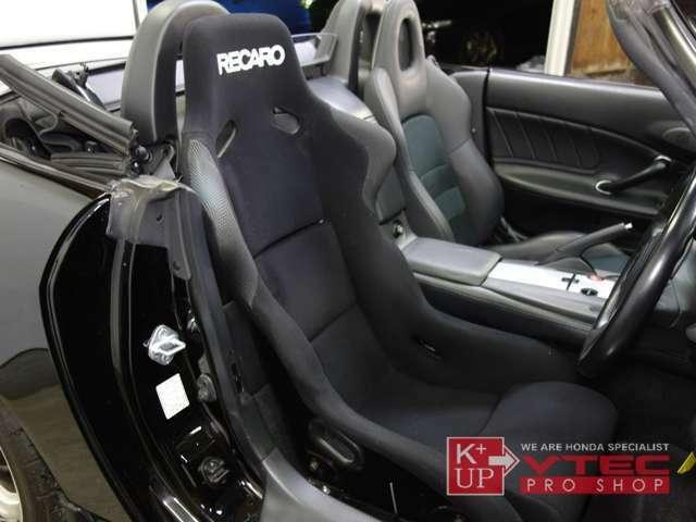 ドライバーズシートはフルバケットシートのハイエンドモデル「RECARO」がビルトイン。使用感少なく、キレイなコンディションです。しっかりしたホールド感で長距離ドライビングも楽にこなせます。