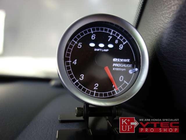 Pivotシフトランプ付きタコメーターが装着済みです。ETC車載器も装着されております。追加でドライブレコーダー取付等もお気軽にご相談ください。