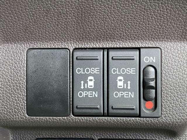パワースライドドア搭載!ボタン1つで後部座席のドアを自動開閉することが出来るので小さなお子様の乗り降りも楽になりますよ!