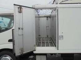 荷箱1列目長さ60×幅182×高さ117cm。