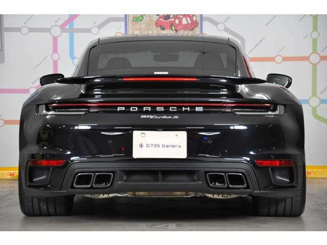 ◆「911ターボS」は4輪操舵システムを装備しており、低速時には前輪と後輪が逆位相に、高速時やスポーツドライビングの際は同位相にステア致します◆