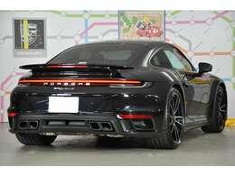 ◆新型「911ターボS」は従来のサイドエアインテークではなく、リアウイング前方のリアリッド経由で吸気を行います。この変更により出力向上を果たしております◆