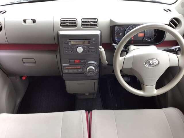 自然に手が届き、操作性の良いコラムシフトに、パーキングブレーキは、フットブレーキタイプなので、運転席と助手席の間はすっきりしています。