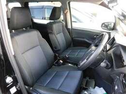 フロントシートは、両席ともにひじ掛けの付いた、快適な座り心地です。また、両席の間には、オプションの大型コンソールボックスが付いています。