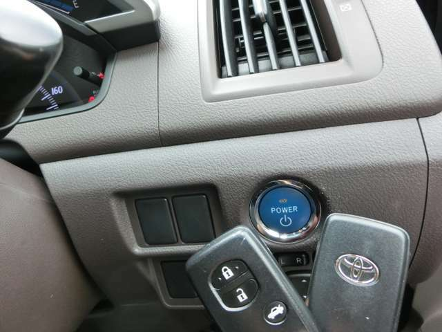 スマートキーです!。バッグやポケットに入れたまま、プッシュスタートスイッチボタンを押してエンジン始動です!