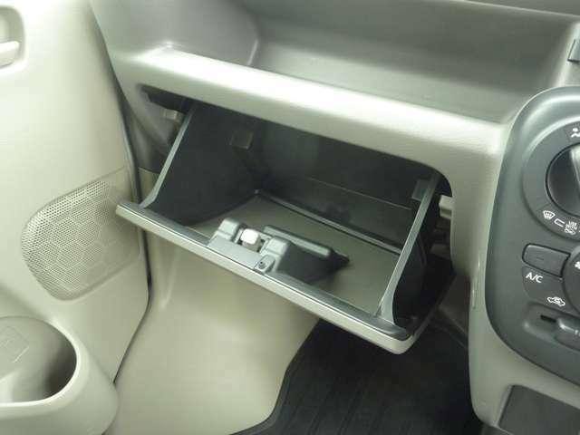 入手席前には収納BOXが付いています:車検証入れにどうぞ