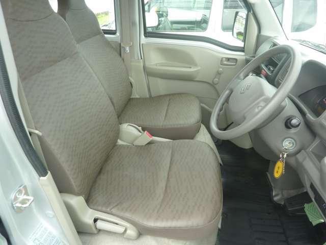 運転席周り:シートは汚れてもふき取るだけできれいになるビニールタイプのシートです