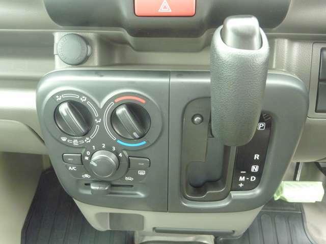シフト周り:エアコン操作も簡単なマニュアル操作です