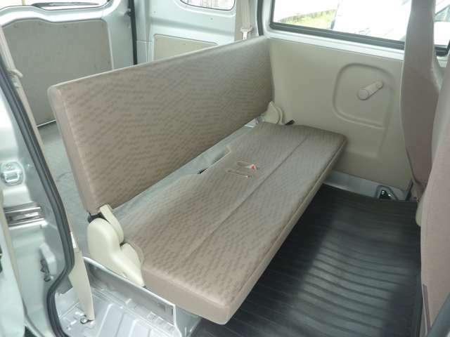 後部座席:折りたたみ収納すると次の写真のようにフラットとなります
