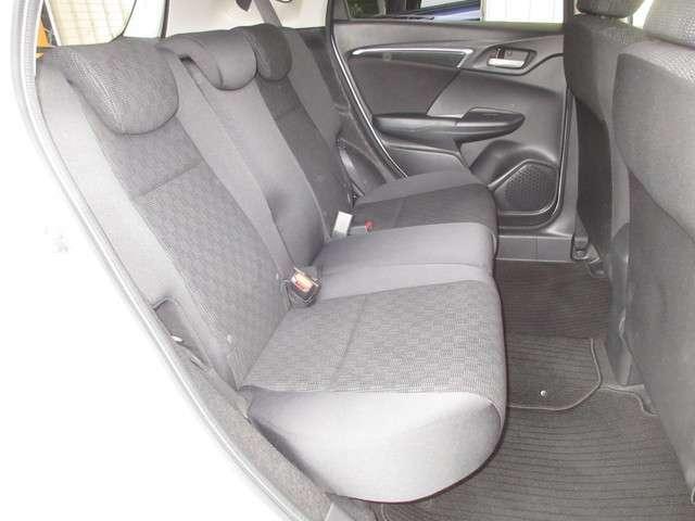 リアシートは、座面を約16mm延長するとともに腿下高さを低く設定し、セダンライクな着座姿勢を実現。大幅にゆとりを拡大した足元空間と合わせ、長距離の移動でも疲れの少ないリア席としています。
