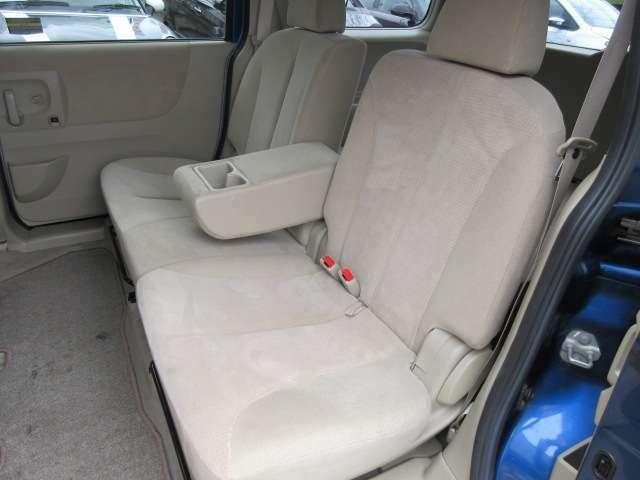 2列目のシートは座面も大きく座り心地も良好です♪肘掛けも装備されておりますので後席にお乗りになられる方もリラックスしてお座り頂けます♪