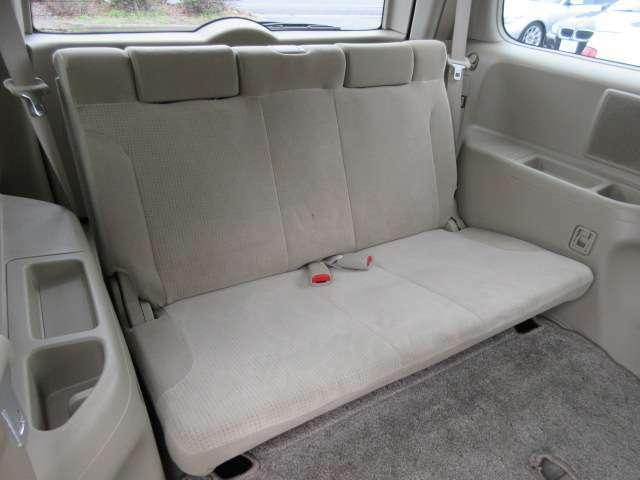 3列目のシートにも切れや破れや焦げ穴等はありません♪汚れがちなフロアマットも使用感が少なくキレイな状態で清潔感の有る車内になっております♪