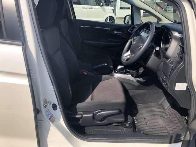 ゆったり、しっかりと座れるシートに運転席は高さ調節可能なハイトアジャスター付き!シート位置の前後と高さ、ハンドルの上下調節で自分にあった最適なポジションを見つけることができます!