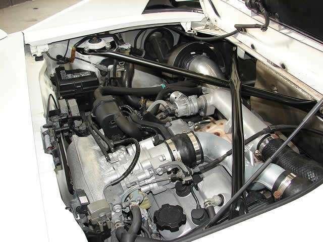 オイル漏れや滲みの無いエンジンルーム!しっかりとメンテナンスを施されており購入後も安心してお乗り頂けます。