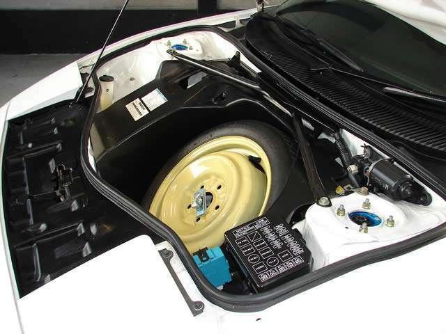 使用感を感じさせないボンネット内、MR2のボンネット内にはエンジンが搭載されていない為に汚れが付きにく常に美しい状態です。
