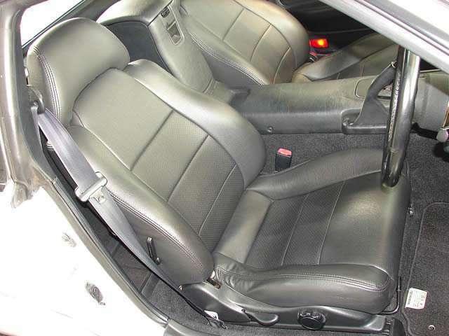 ドライブ席、ナビ席共にレザー調のシートカバーがセットされており、高級感漂います。