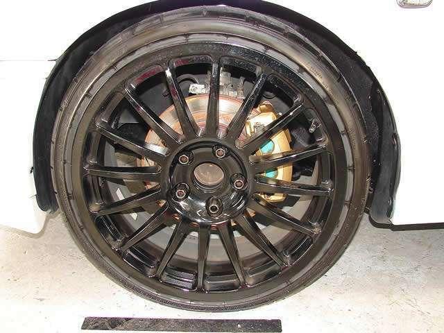 18インチスポークタイプアルミホイールを装備、装着するタイヤにはダンロップ製215/35/18サイズの大型タイヤを装着!