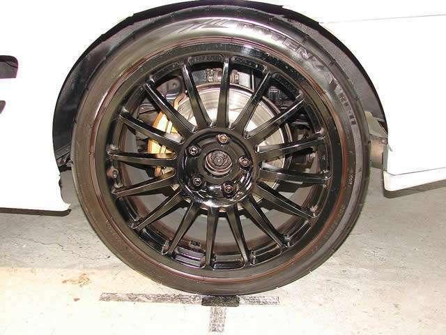 18インチスポークタイプアルミホイールを装備、装着するタイヤにはブリジストン製255/35/18サイズの大型タイヤを装着!