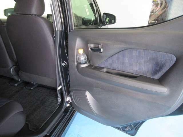 後部座席ドアポケットにドリンクホルダー 収納位置が高く使いやすいです