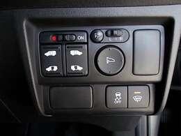 両側がパワースライドドアになっており、運転席のスイッチやスマートキーのボタンからでも開閉が可能です!狭い駐車場でのお子様の乗り降りに便利です!
