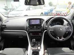 左右独立式オートエアコン付きです。運転席と助手席の温度設定を変える事ができます。同乗者にも優しいお車ですよ。