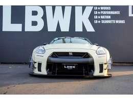 LB★WORKS Full Body Kitで組んでおりLBKANSAIオリジナルカラーのベージュでカッコよく仕上がっています。また、ヘッドライトはVALENTIを装着