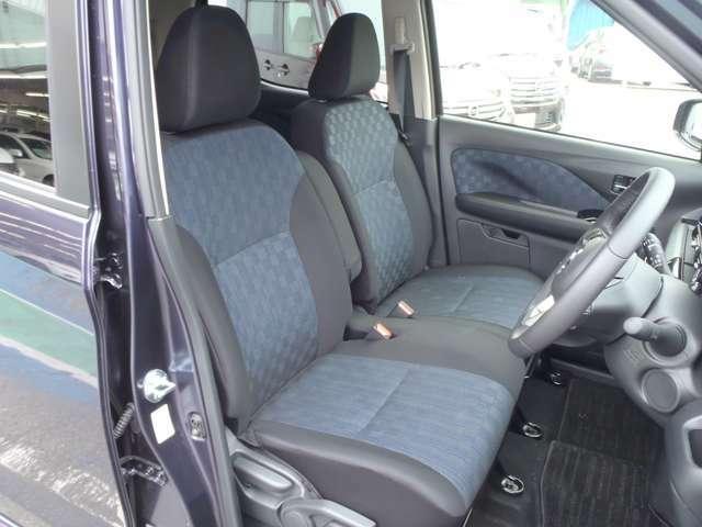 高級感もあり、さらに広々とした運転席です。周りの視界も広いのでさらに運転が楽に出来ますね!シートの厚みも十分なので座り心地も良いですよ!
