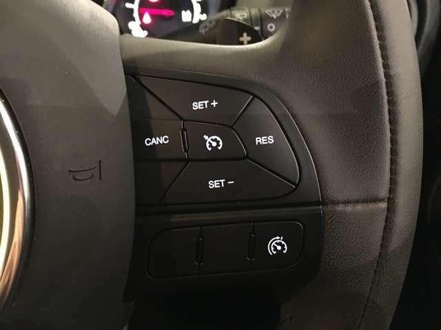高速道路で便利なクルーズコントロールも装着済み。アクセルを離しても一定速度で走行ができる装備です。加速減速もスイッチ操作でOKです。